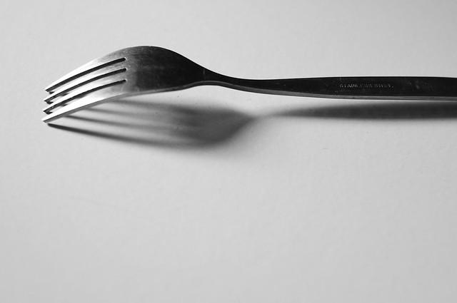 la fourchette sur le sol de la pièce