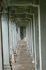 Passageway,_columns,_Angkor_Wat