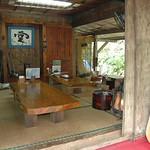 庭から見た夢の舎の座敷 もちろん仏壇があります