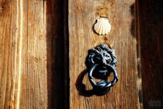 Receiving a pilgrim / Recibir a un peregrino | by victor_nuno