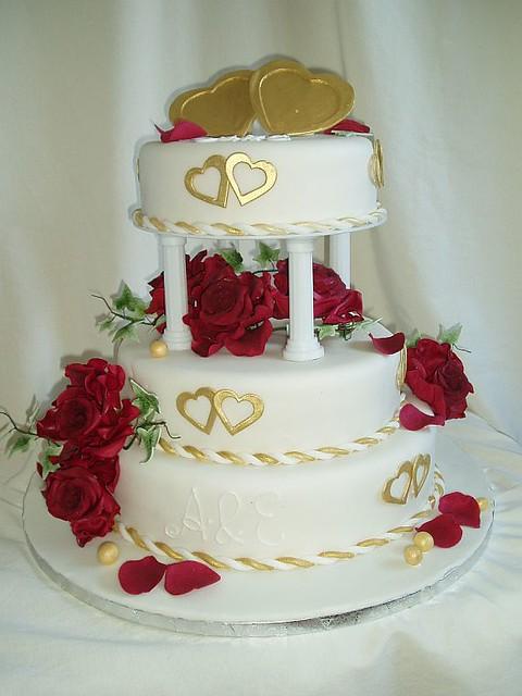 Hochzeitstorte rote rosen goldene Herzen - a photo on