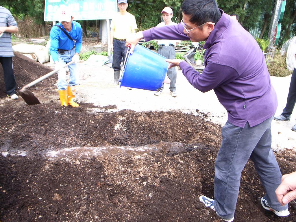 將稀釋菌肥倒入堆肥中