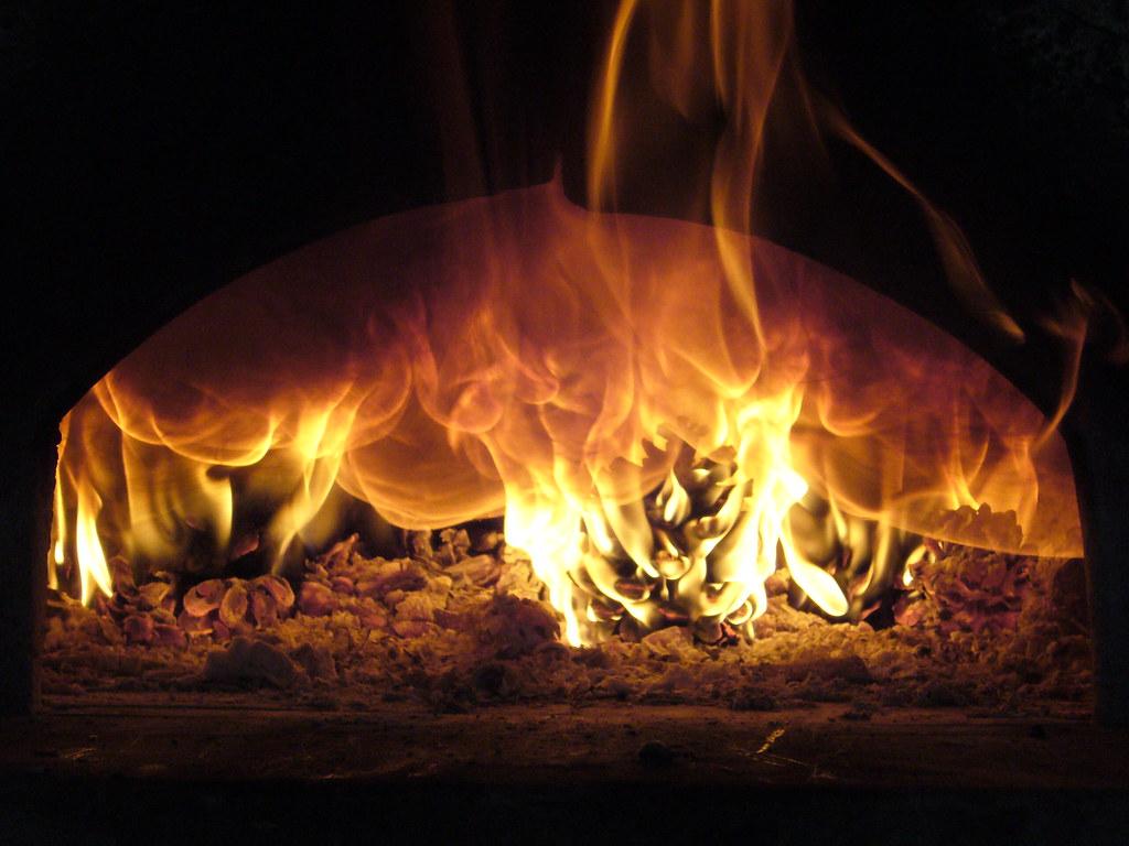 Forno A Legna Immagini preparando il forno a legna | il calore delle tradizioni