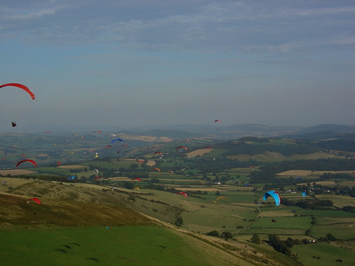 Sat, 09/09/2006 - 17:31 - Crowded skies at the Free Flight Festival, Pic - Pete Bursnall