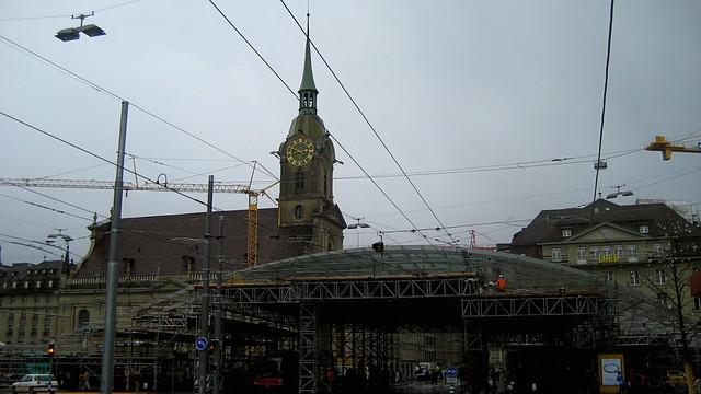 Heiliggeistkirche und Paldachin in der Berner Altstadt der Stadt Bern im Kanton Bern in der Schweiz
