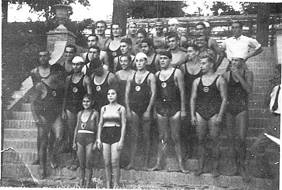 Miembros del Club Náutico de Toledo en la Piscina de la Escuela de Gimnasia en Toledo en 1935.  Fotografía de Eduardo Butragueño Bueno