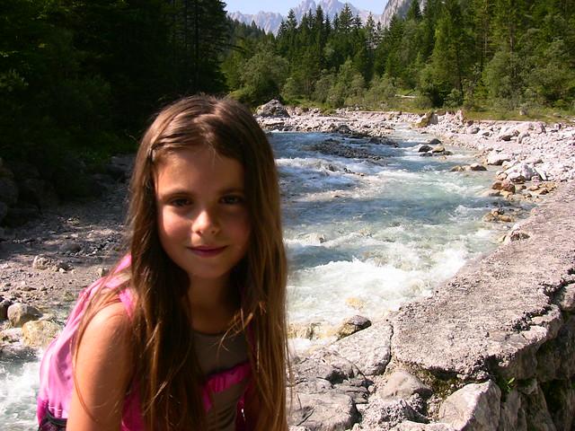 Ramsau in Obb. bei Berchtesgaden , Mädchen am Gebirgsbach - 10     3-2009