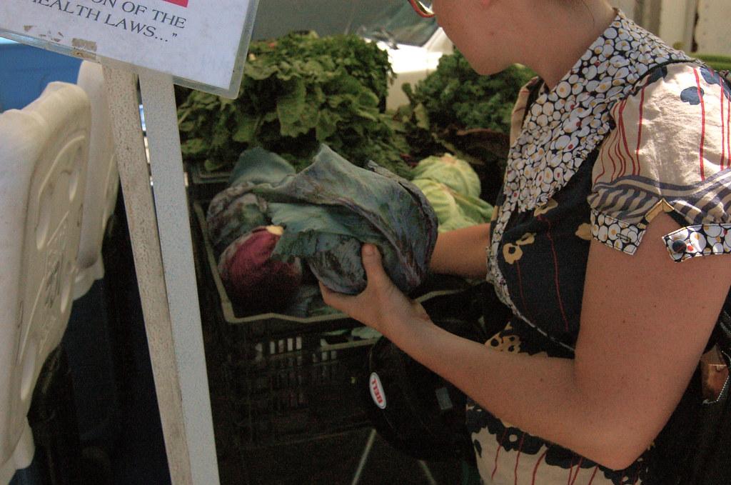 femme au rayon légumes d'un magasin