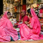 Women selecting bangles in the bazaar, Jaisalmer, India ジャイサルメール バザールでバングルを選ぶ女性たち