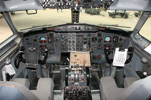Boeing 737 Classic cockpit | The cockpit of a Boeing 737-200