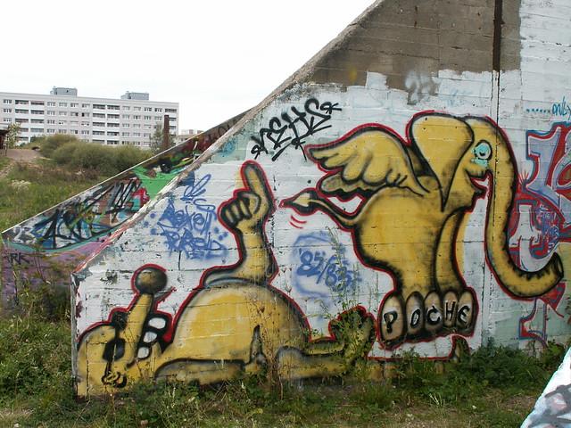 Sehnsucht ihn auch lockt nach Süden, nimmer zeigt die schmerzensmüde Graffiti in Johannstadt das warme Hoffnungsland, weit vor ihm dehnt sich das Meer, und, eh sie erreicht den Strand, schon von Todesgraun bezwungen sinket er, und ihn hat die Fluth an der Arnoldstrasse verschlungen  003