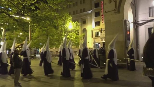 Un desfile de capuchones