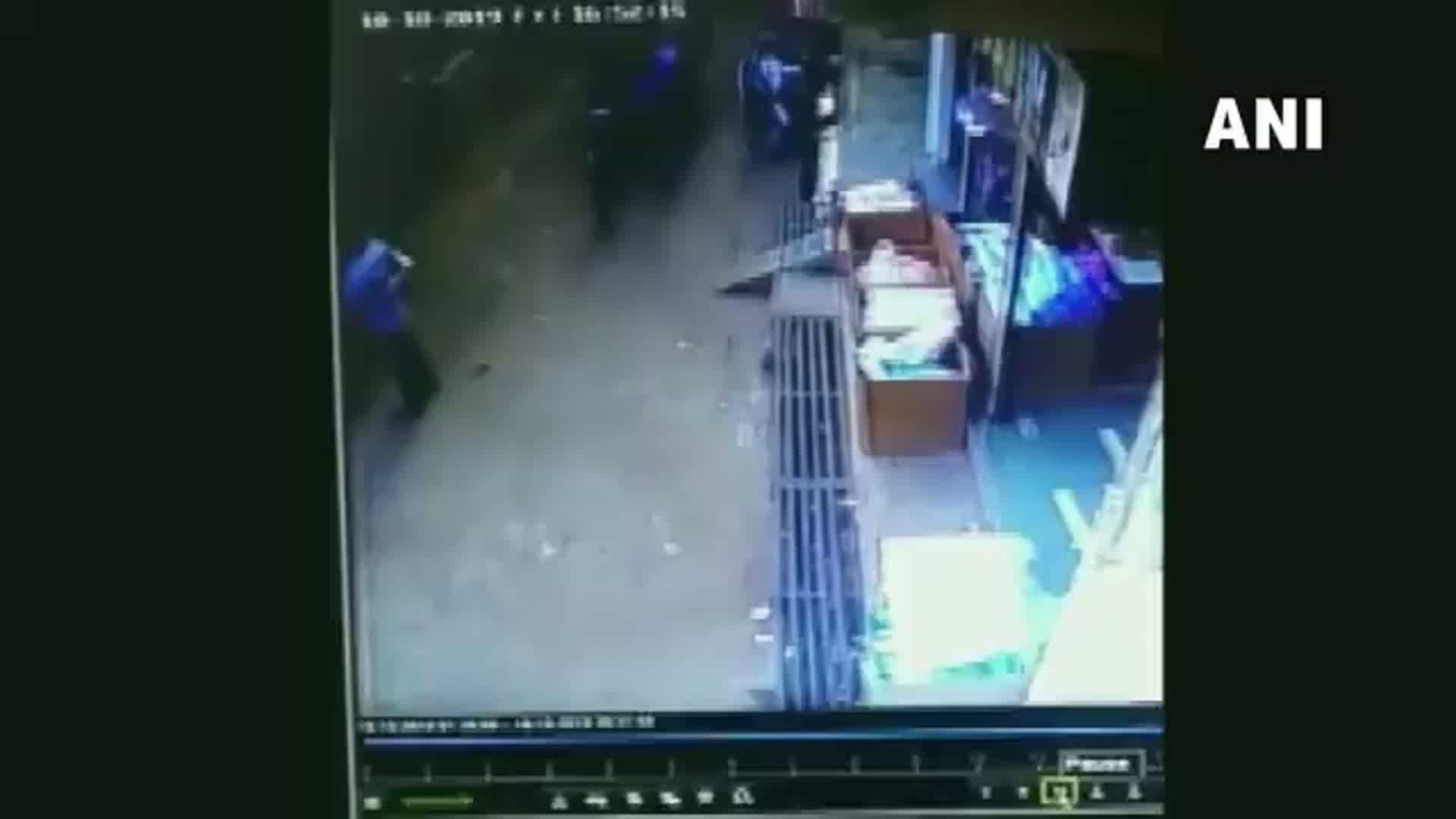 """نجاة طفلٍ سقط من الطابق الثاني.. وصفه الأهالي بالـ """"معجزة"""""""