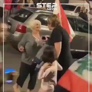 سيدة لبنانية مسنّة ترقص فرحًا خلال الاحتجاجات في مدينة بيروت