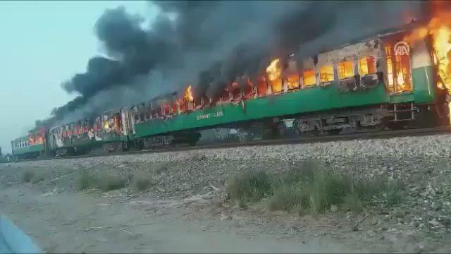 عشرات القتلى بحريق في أحد القطارات بباكستان