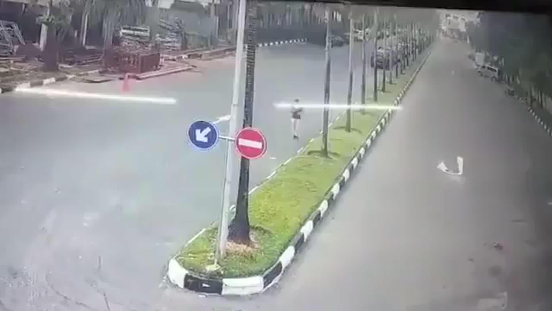 مشهد يحبس الأنفاس.. امرأة تتعرض أثناء ركضها بأحد الشوارع لحادث سير قاسٍ (فيديو)