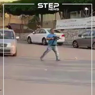 بالفيديو  لبنانيون يلقنون عنصرًا مسلحًا درسًا قاسيًا بعد استخدامه الرصاص الحي لتفريق مظاهرة
