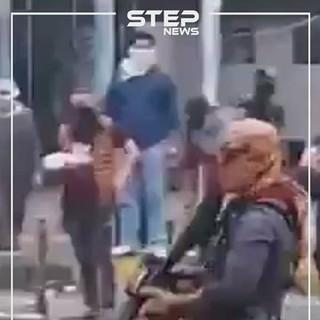 بالفيديو|| ملثمون يطلقون الرصاص الحي على متظاهري العراق.. وعنصرين من القوات الأمنية يبكون بحرقة