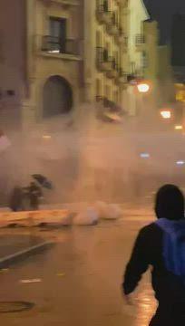 شاهد بالفيديو|| مئات الإصابات في الاحتجاجات اللبنانية وعنف مفرط تشهده شوارع بيروت