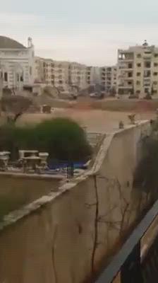 بالفيديو|| الراجمات تطلق نيرانها من بين الأبنية السكنية بحلب.. وسكان المدينة باتوا دروعًا بشرية