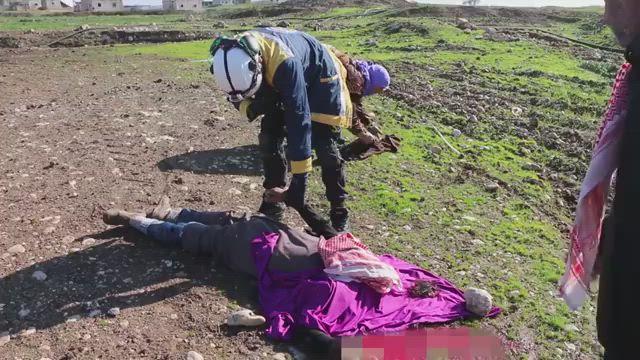 بالفيديو|| أم مفجوعة تجمع أشلاء طفلها الذي قضى بغارة حربية روسية جنوبي حلب