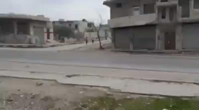 بالفيديو|| بالغصة والدموع .. سيدة سورية توثق لحظات ما قبل النزوح من ريف إدلب