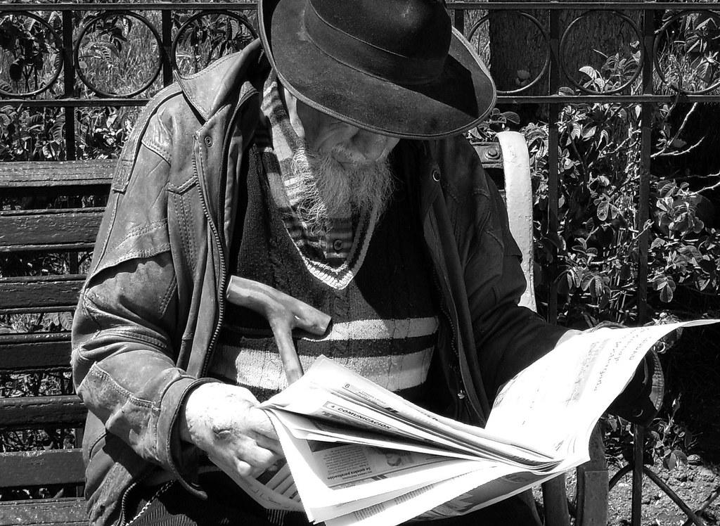 Anciano leyendo periodico Corte tipo horizontal   Está toma,…   Flickr