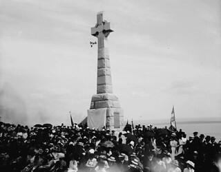 Memorial erected in 1909 in commemoration of the death of Irish immigrants of 1849 / Monument érigé en 1909 commémorant la mort des immigrants irlandais de 1849
