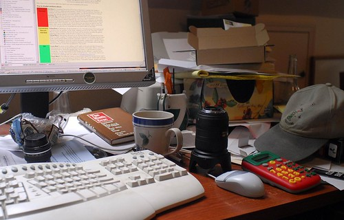 _D209978-Seriously messy desk