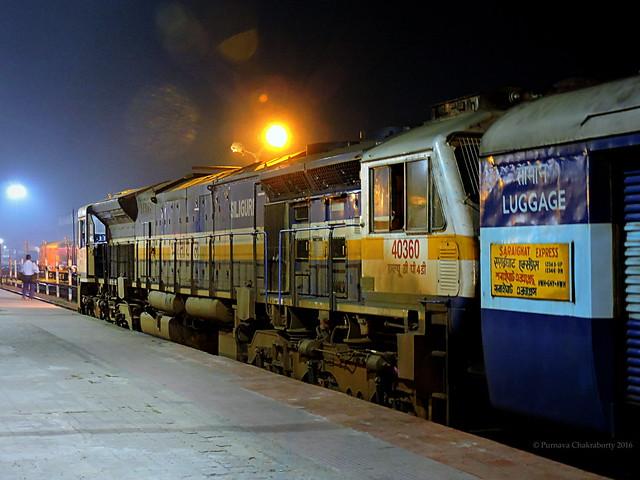 Indian Railways : Winter night at Malda Town ! Saraighat Express awaits departure !