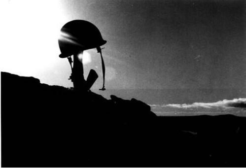 Fusil y casco recordado a un soldado caido en accion | Flickr