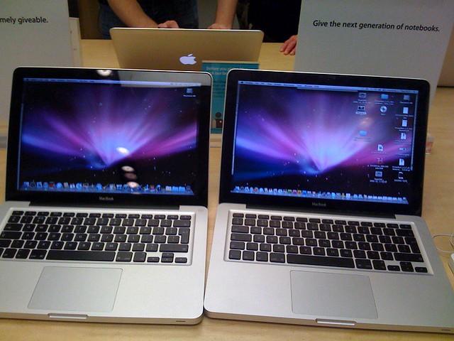 Comparison of reflections Macbook Aluminium in Apple Store