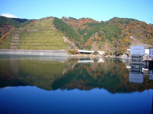 宮ケ瀬湖に秋映る | by shonan68
