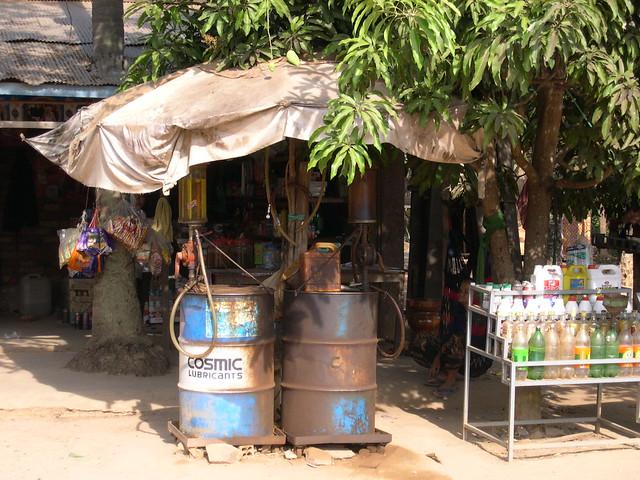 Kambodscha, Tankstelle auf dem Land  - 3