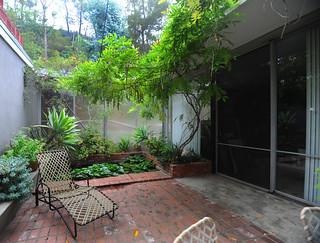 Shulman house: courtyard between studio and residence