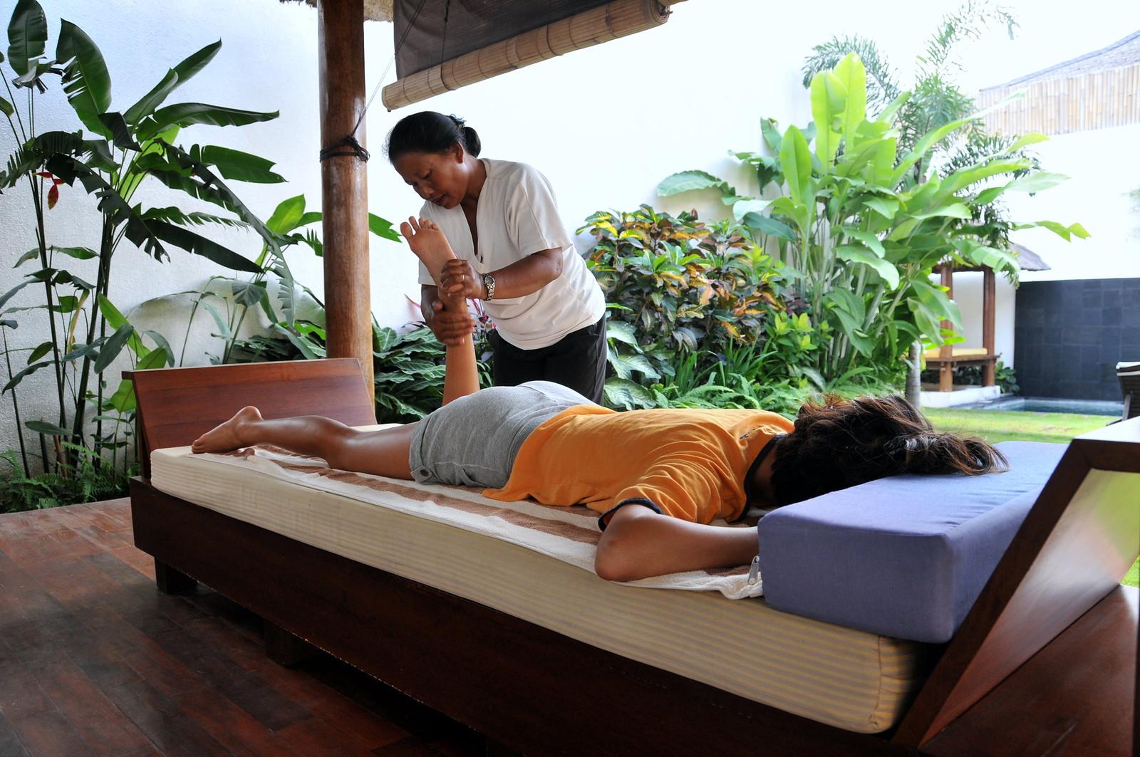 2008-06-28   01 Villa Vitodi - 22 Agnes getting massage