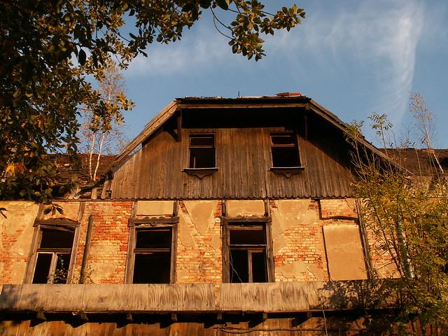 Die Ruine, allein und fern von aller Menschen, in der wilden Natur am Kaitzbach verwehen die Winde das Tageslicht über die Trümmer der alten Zeit  in die Finsternis der Nacht im Tal ohne Licht wo grausame Feuerdrachen zornig lachen 041