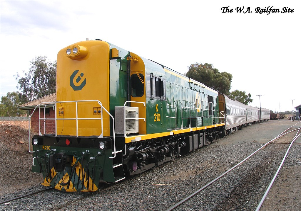 K210 on AK train at Kalgoorlie by thewarailfansite