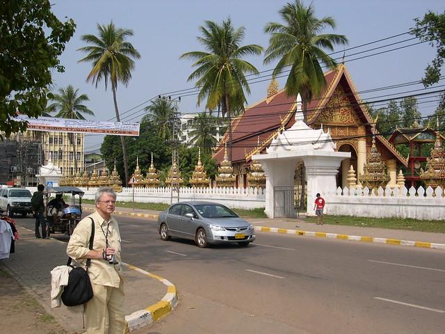 Laos - Vientiane  - Rolf ist nur noch am Filmen.  - 3
