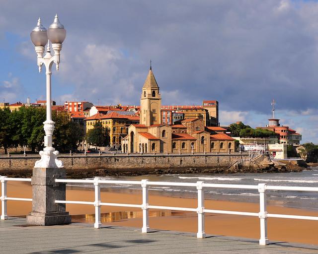 Gijon Iglesia De San Pedro Y Playa De San Lorenzo