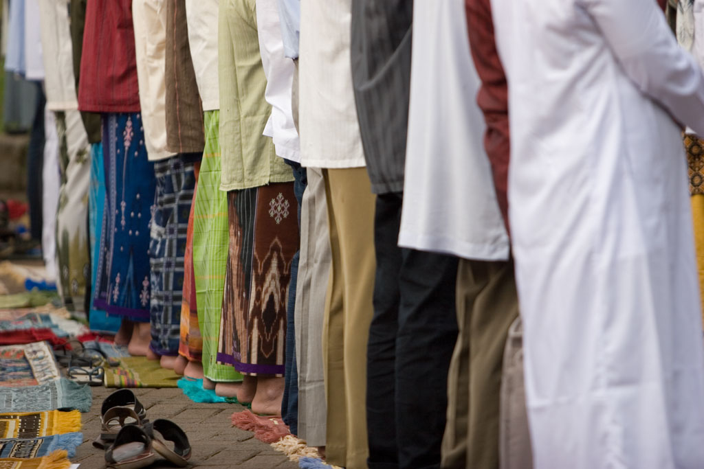 Sholat Jamaah: Row of Worshipers | men stand in neat rows pr… | Flickr