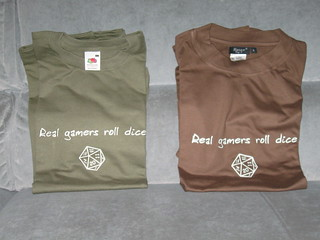 T-shirt Real gamers roll dice | by LostInBrittany