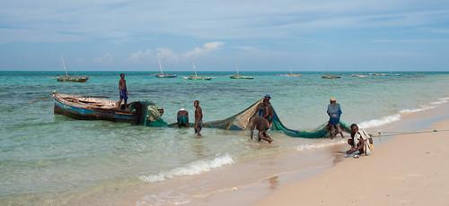ocean africa sea people beach water coast boat seaside roadtrip shore creativecommons fishingboat mozambique 2007 moçambique fishingnet pinda southernafrica eastafrica easternafrica canonefs1755mmf28isusm 400d canoneos400d cabodelgado nampulaprovince baixodopinda baixopinda nanôa membabay provínciadenampula photobystignygaard