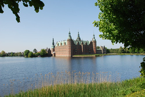 Frederiksborg Slot and the lake in front of it | by caspermoller