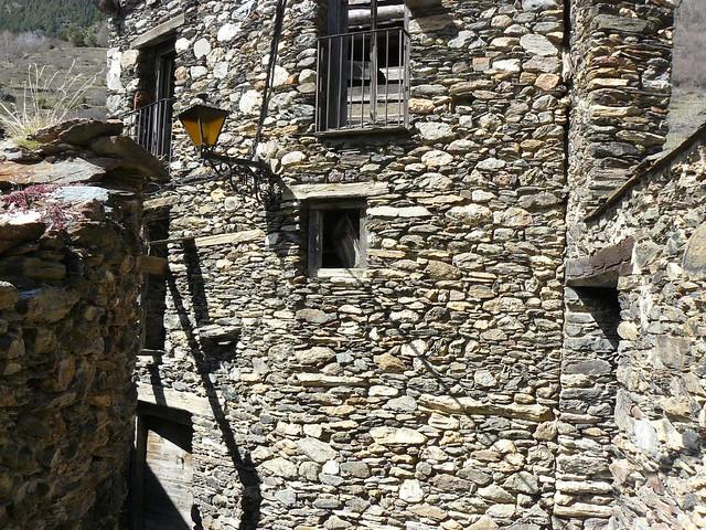 Calle de piedra en un pueblo de Andorra