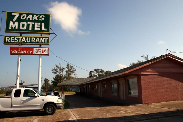 7 oaks motel sign and units