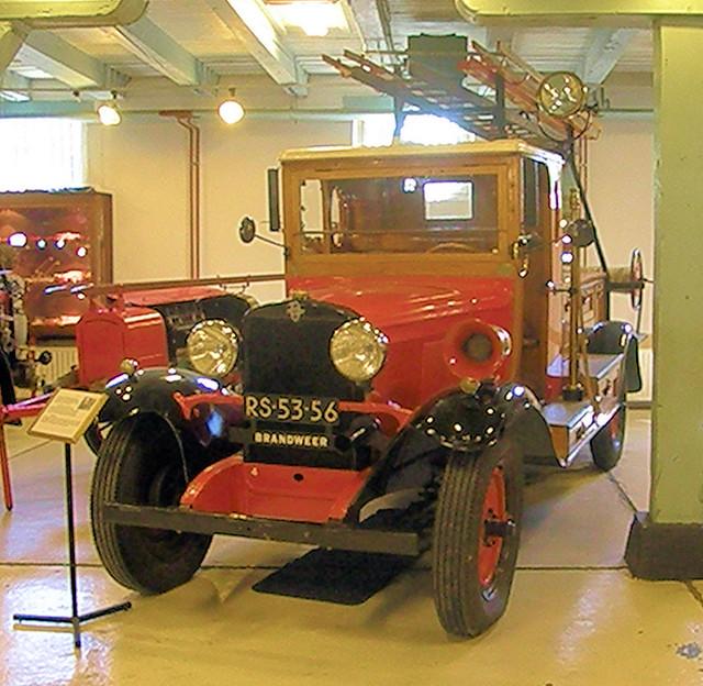 Oude brandweerwagen in het Brandweermuseum in Hellevoetsluis