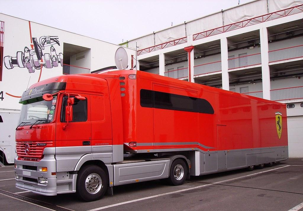 Mercedes-Benz Actros portant le logo de la Scuderia Ferrari