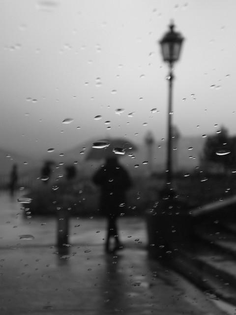 piove... (it's raining...)  - b&n