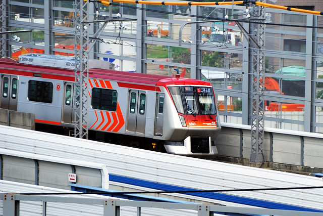 Tokyu Oimachi-Line Express Train Arriving at Futako-Tamagawa Station
